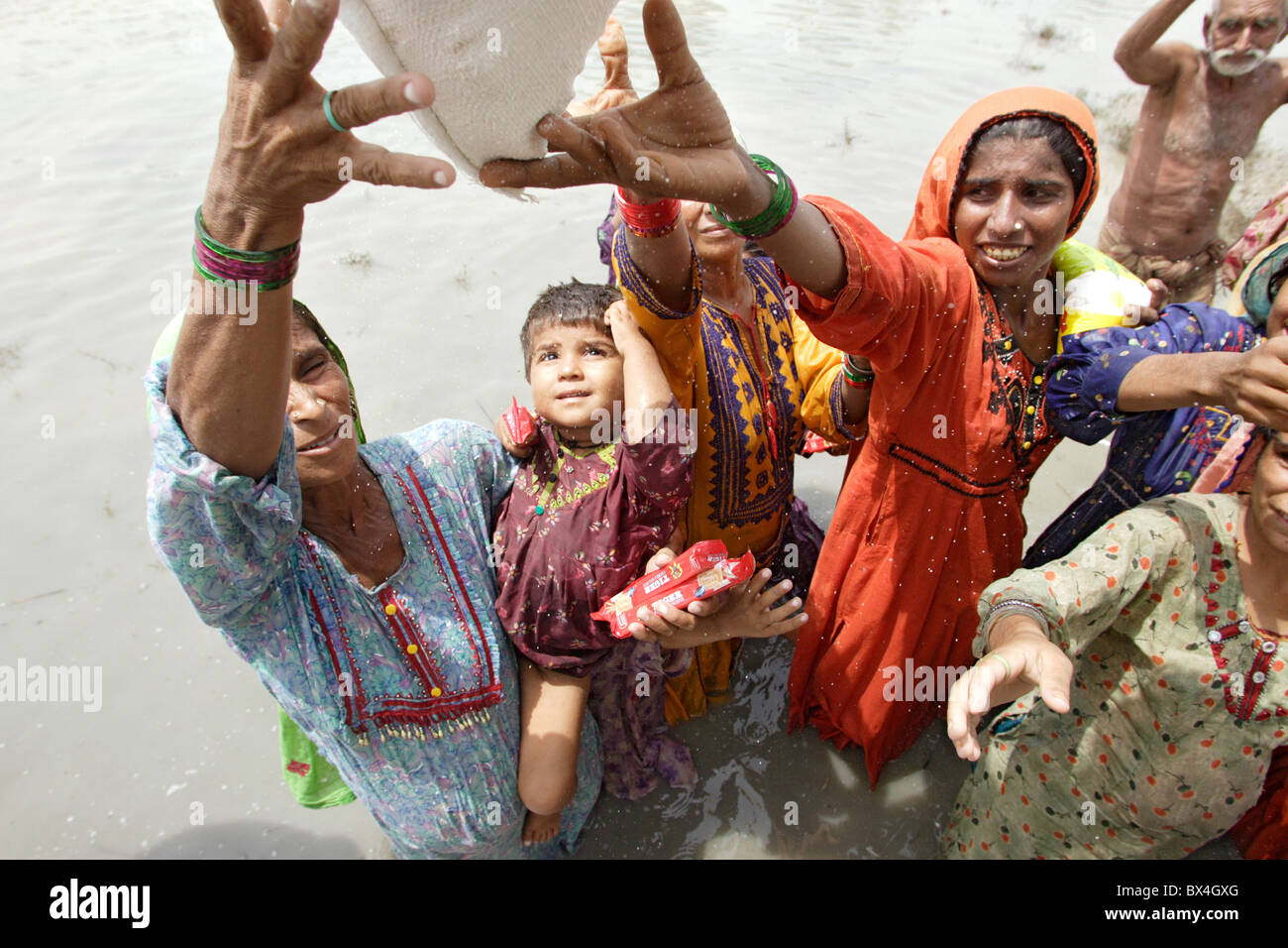Flood victims getting relief supplies, Shadhat Kot, Pakistan - Stock Image