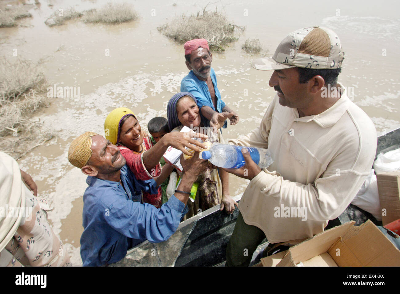 The military distributing relief supplies to flood victims, Shadhat Kot, Pakistan - Stock Image