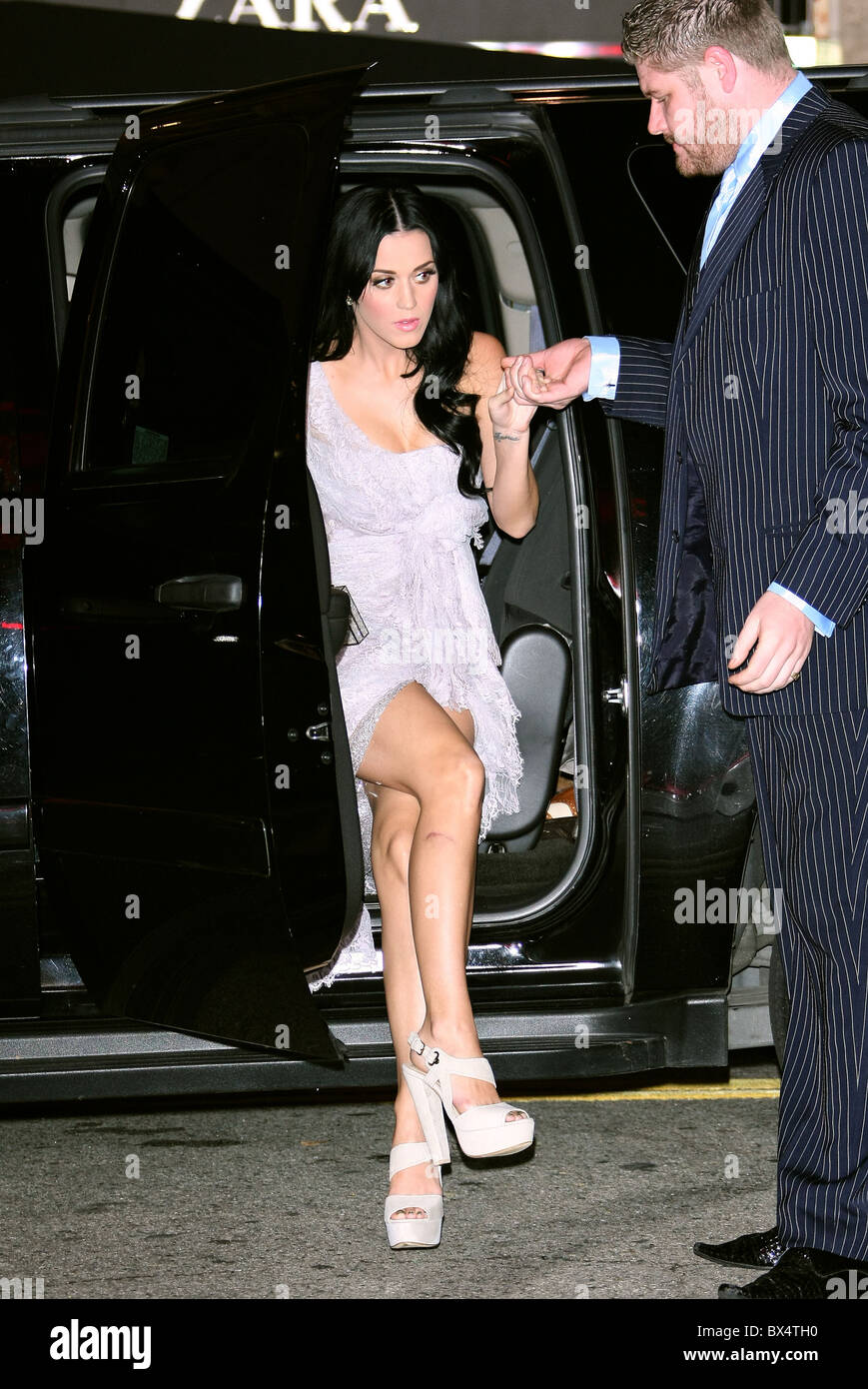 KATY PERRY ARRIVES AT THE PREMIERE OF THE TEMPEST HOLLYWOOD LOS ANGELES CALIFORNIA USA 06 December 2010 - Stock Image