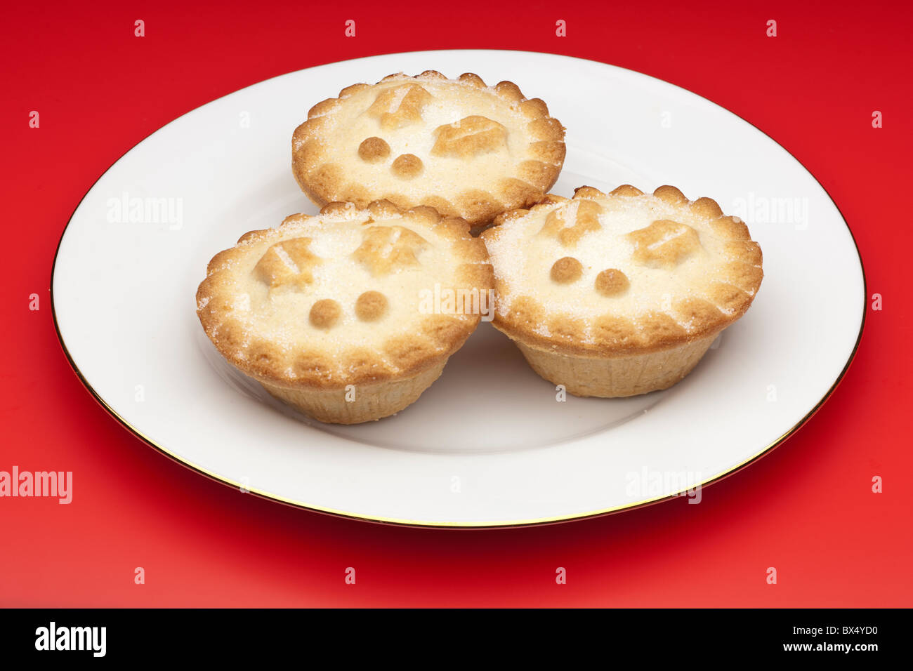Three mince pies on a white plate & Three mince pies on a white plate Stock Photo: 33300764 - Alamy
