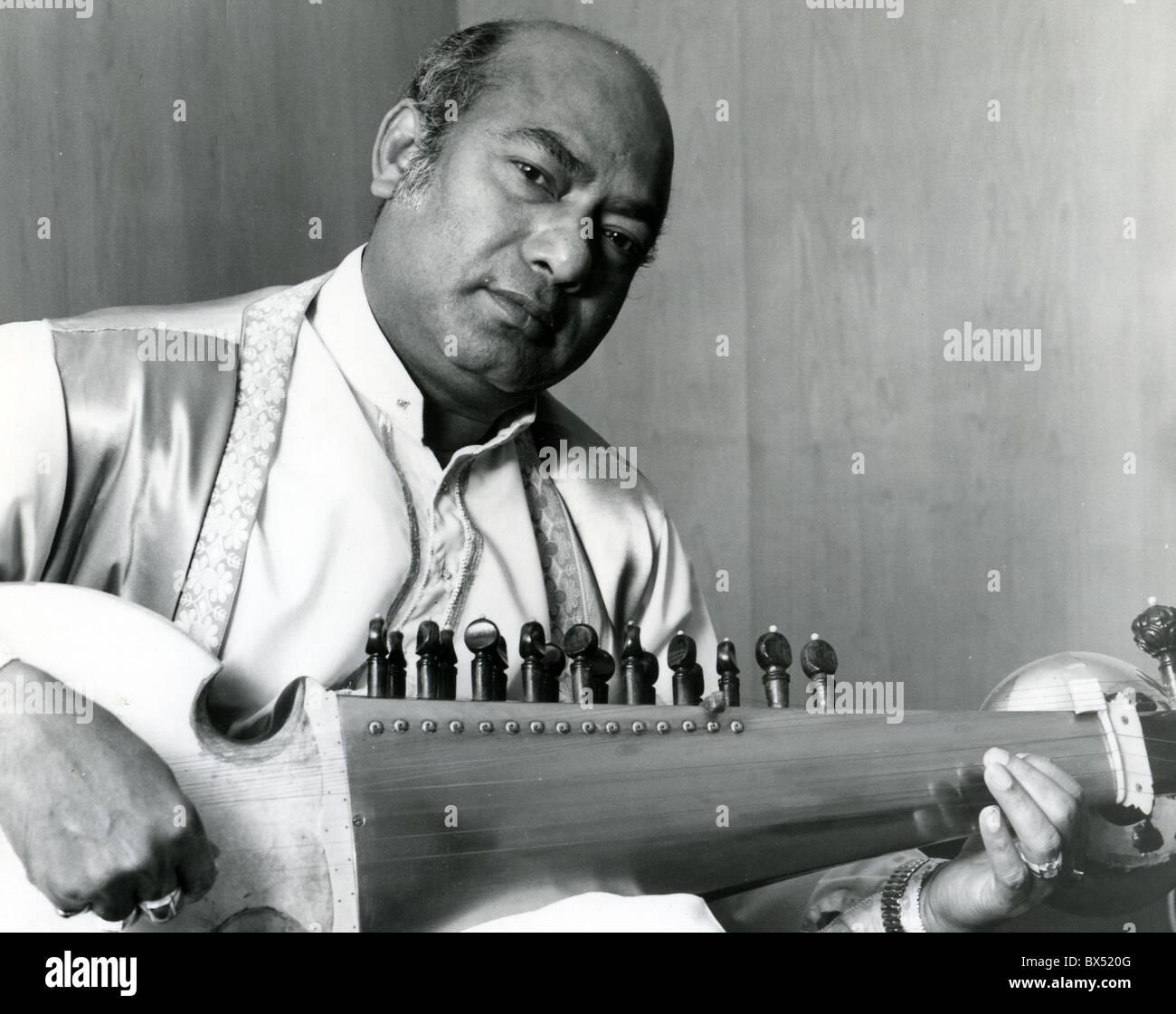ALI AKBAR KHAN (1922-2009) Hindustani classical musician of the Maihar gharana playing a Sarod - Stock Image