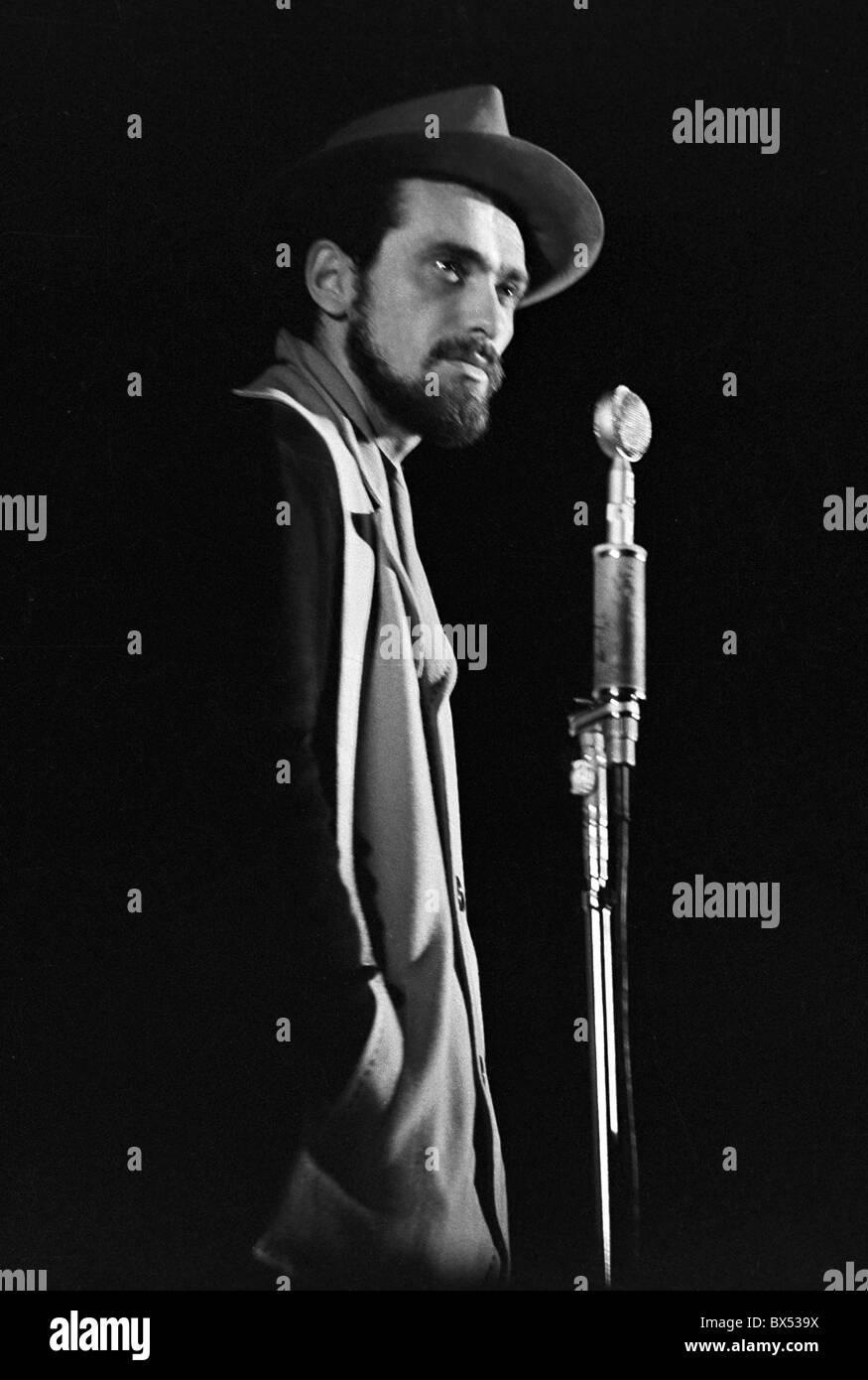 Pop star Waldemar Matuska on the stage of Prague´s Semafor Theatre, November 1961. CTK Photo/Jovan Dezort - Stock Image