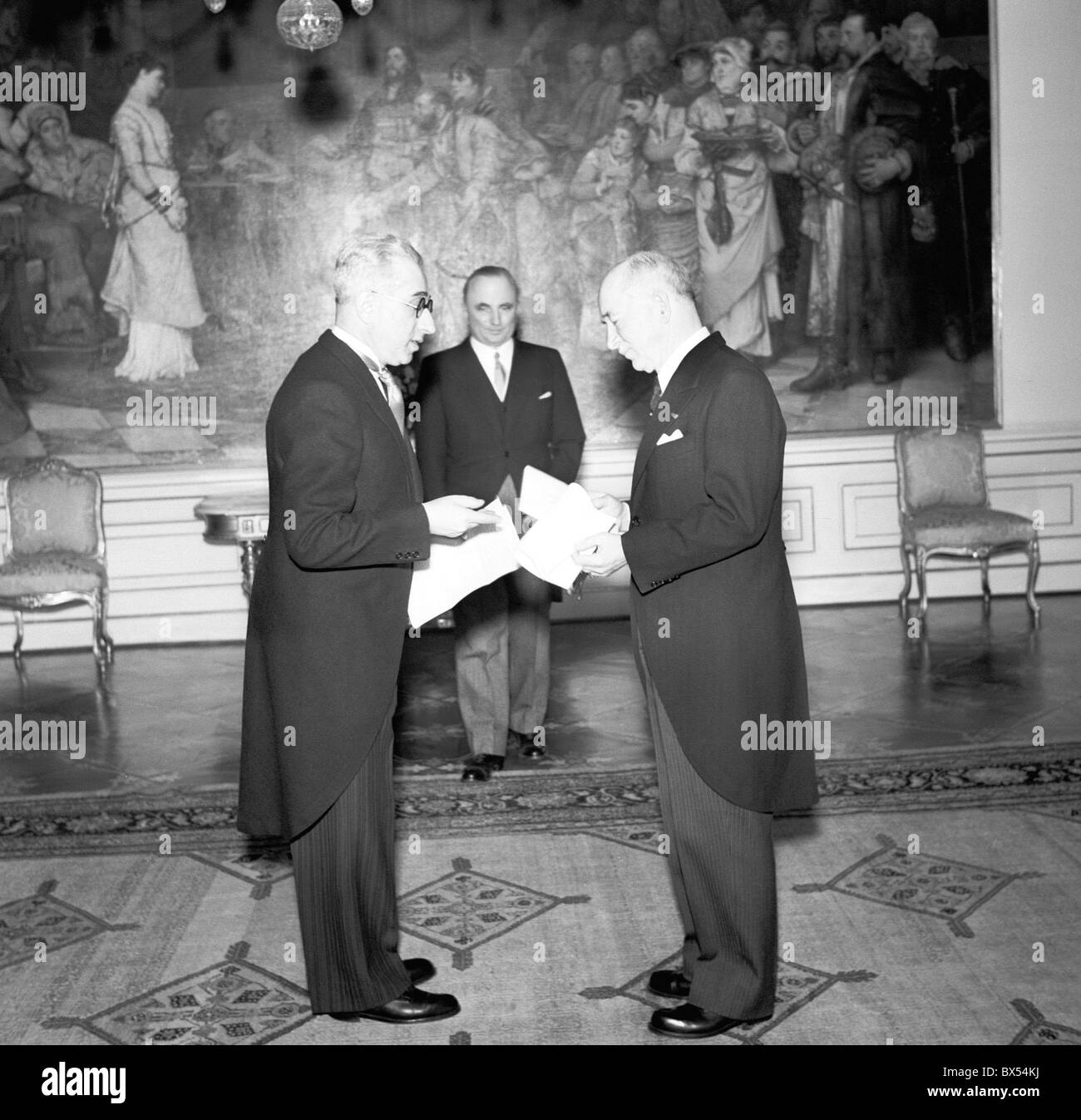 Polish ambassador Stepan Wierblowski left gives the letters of credence to Czechoslovak President Edvard Benes in - Stock Image