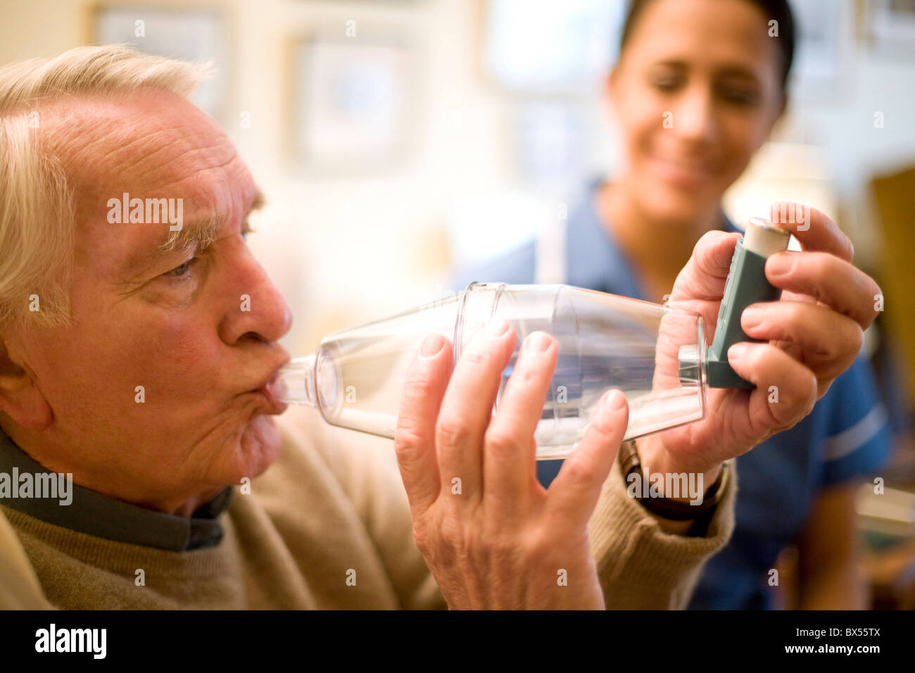 Asthma spacer use - Stock Image