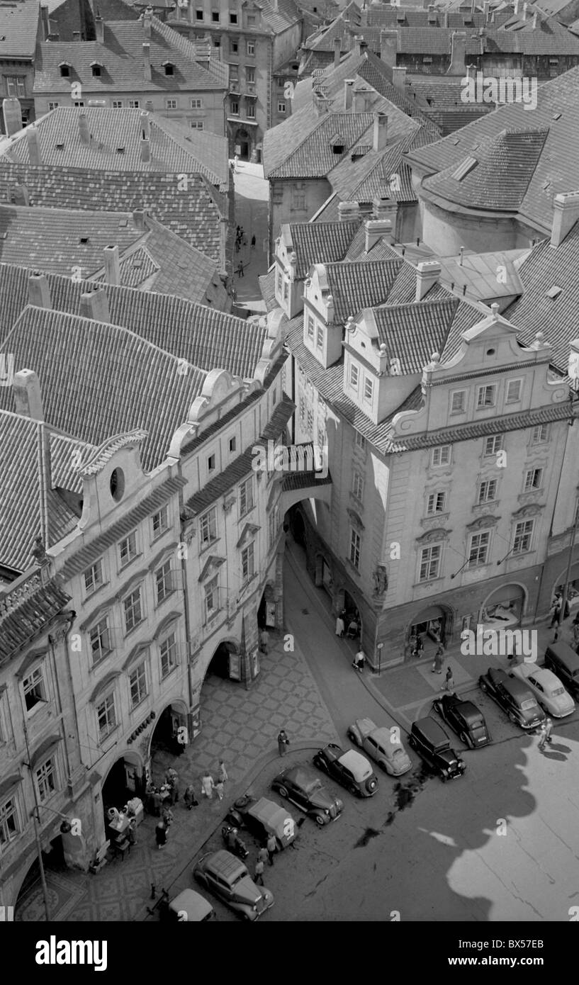 Aerial view of Old Town Square with parked vehicle. Prague, Czechoslovakia 1959. (CTK Photo / Karel Mevald) - Stock Image