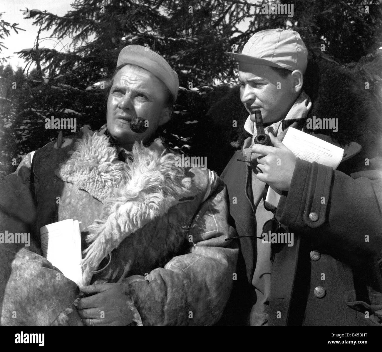 Czechoslovakia, Spindleruv Mlyn 1947. Men dressed for extreme cold enjoy pipe smoking. CTK Vintage Photo - Stock Image