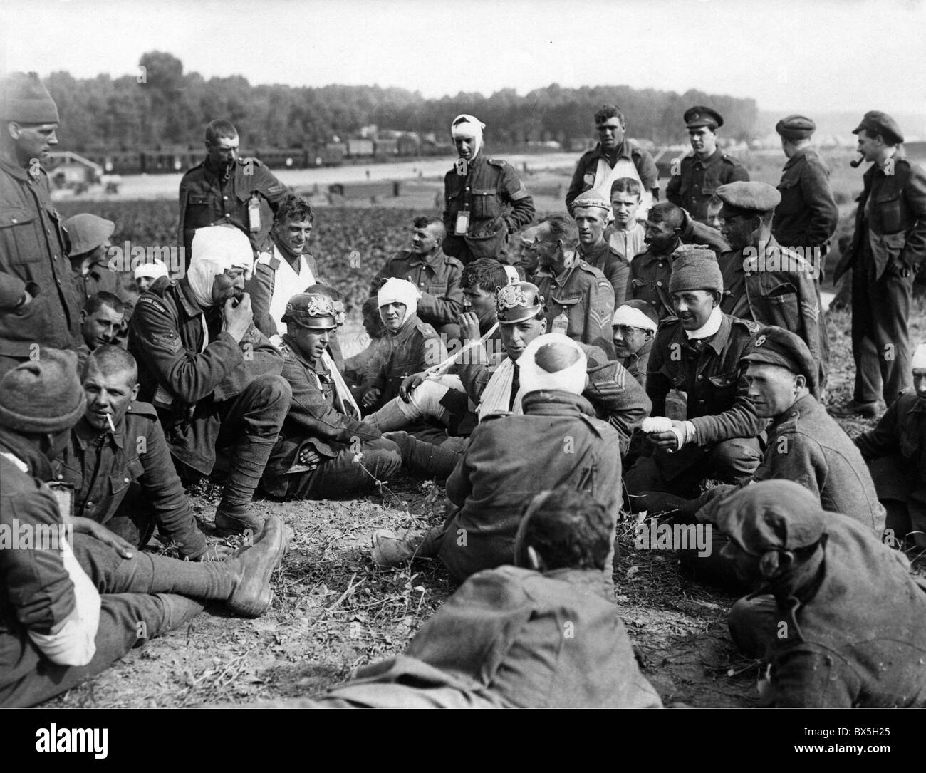 events, First World War / WWI, Western Front, France, wounded British soldiers relating their experiences to their - Stock Image