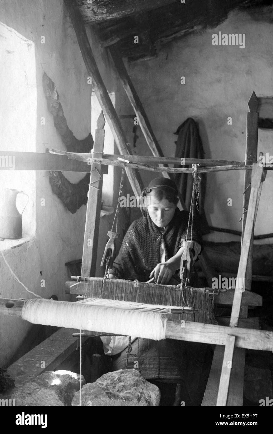 people, professions, weavers, young weaver working with a primitive loom, Macedonia, circa 1916, Additional-Rights - Stock Image