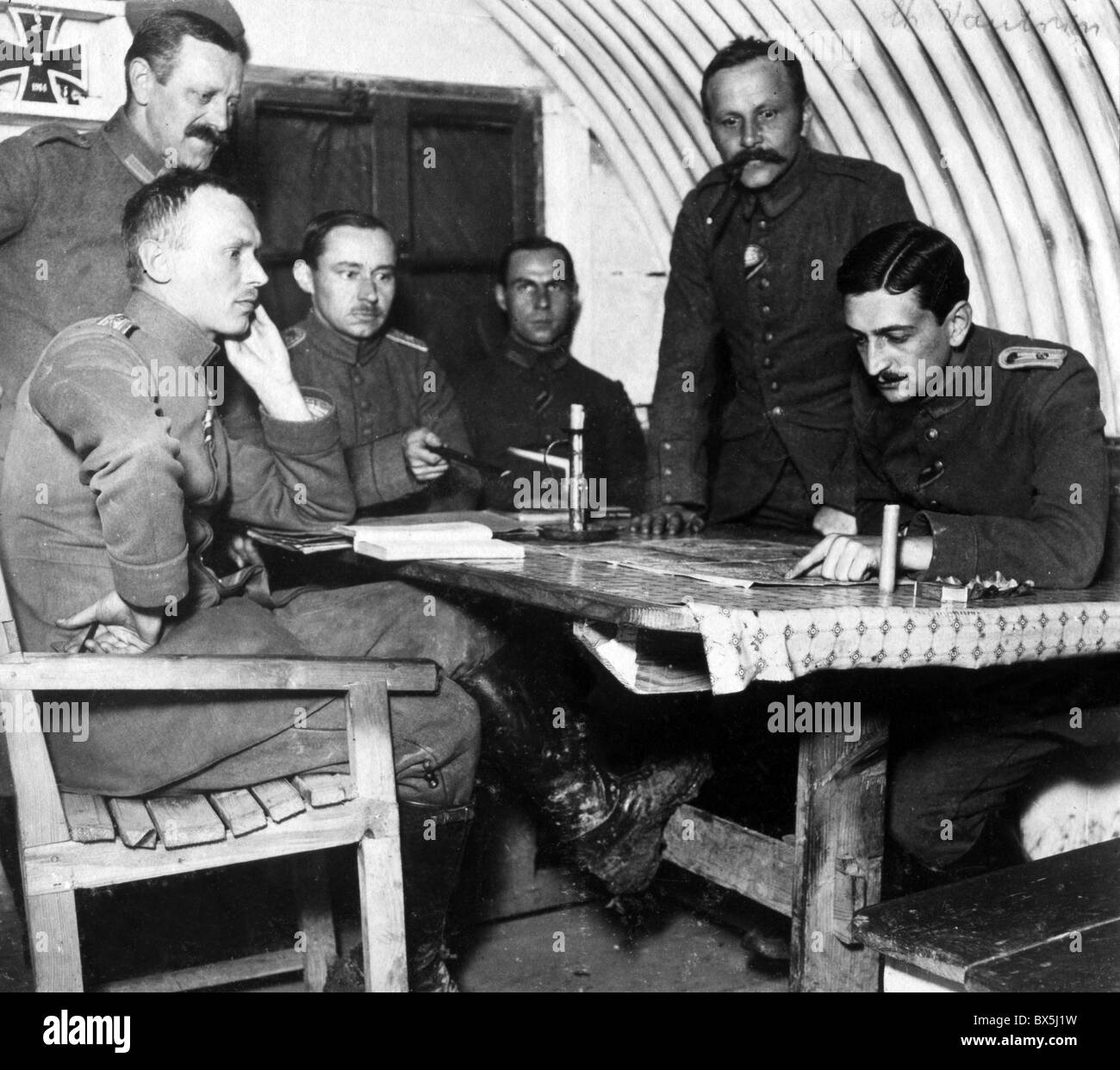 events, First World War / WWI, Western Front, France, 1915 - 1918, German officers studying a map, Additional-Rights - Stock Image