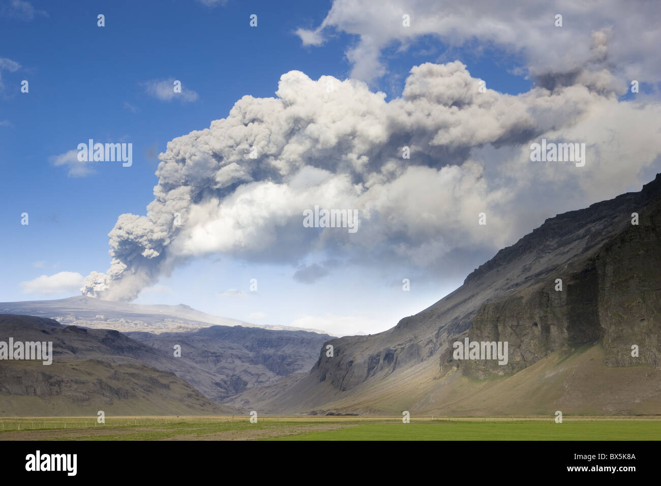 Distant view towards mountains with the ash plume of the Eyjafjallajokull eruption in the distance, southern area, - Stock Image