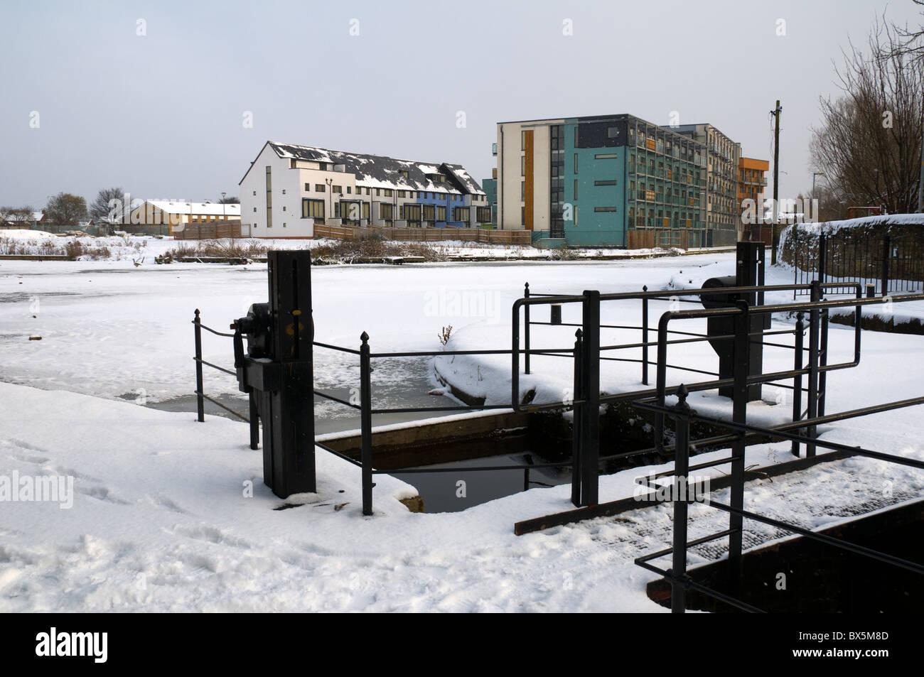 Apartments and frozen canal basin at Droylsden marina, Tameside, Manchester, England, UK - Stock Image