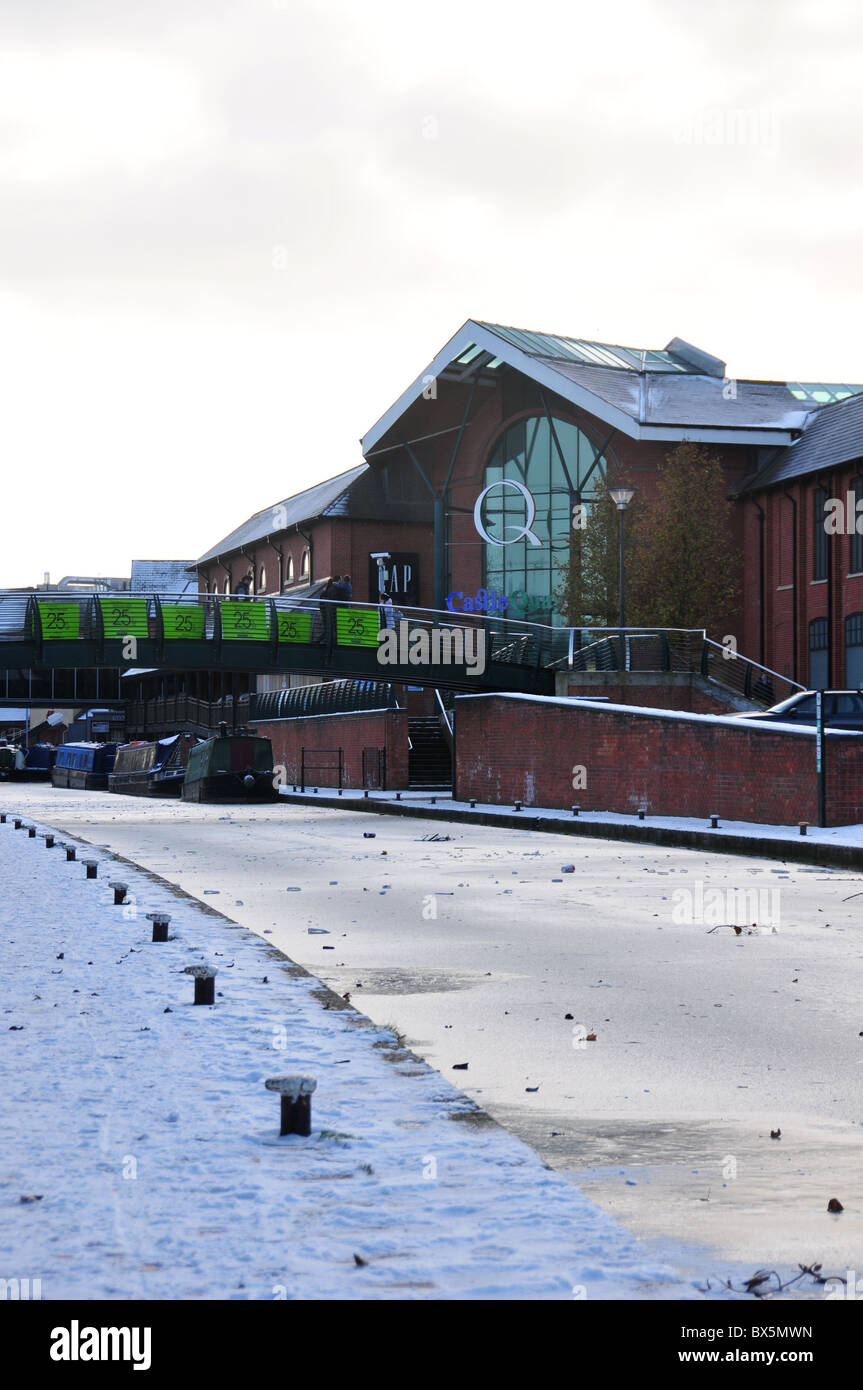 Castle Quay shoping centre by frozen canal - Oxford Canal - at Banbury, Oxfordshire - Stock Image