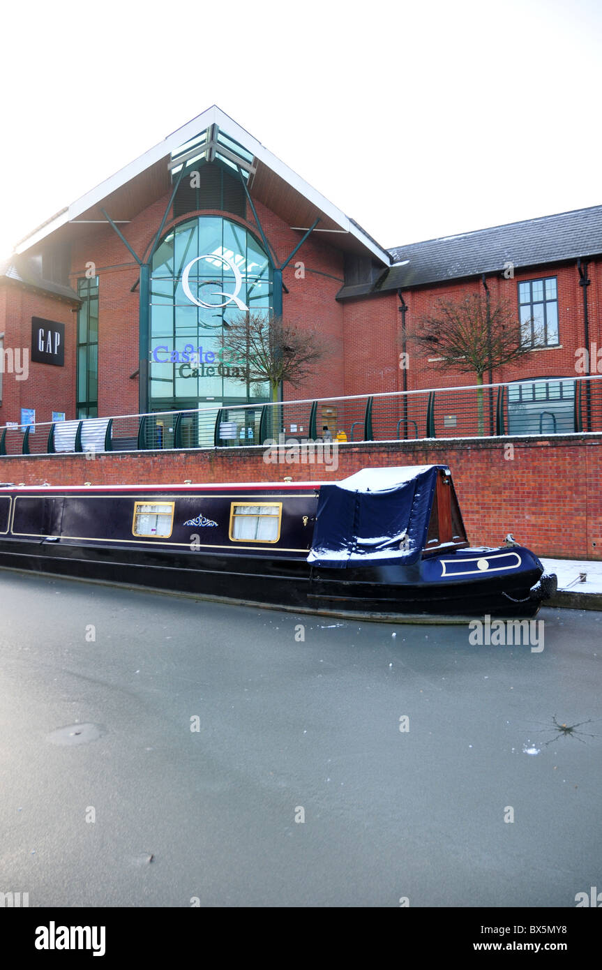 Castle Quay shopping centre by frozen canal - Oxford Canal - at Banbury, Oxfordshire - Stock Image