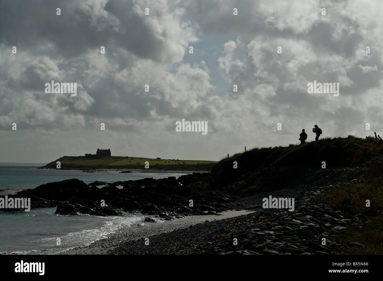dh  EGILSAY ORKNEY Tourist visitors hikers Egilsay beach rocky shore Stock Photo