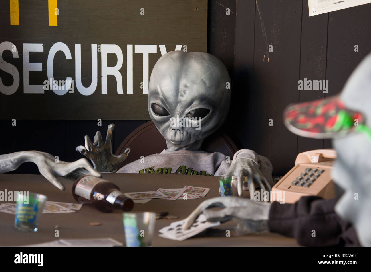 Display of aliens playing poker at Alien Zone and Area 51 Museum in Roswell, New Mexico. - Stock Image