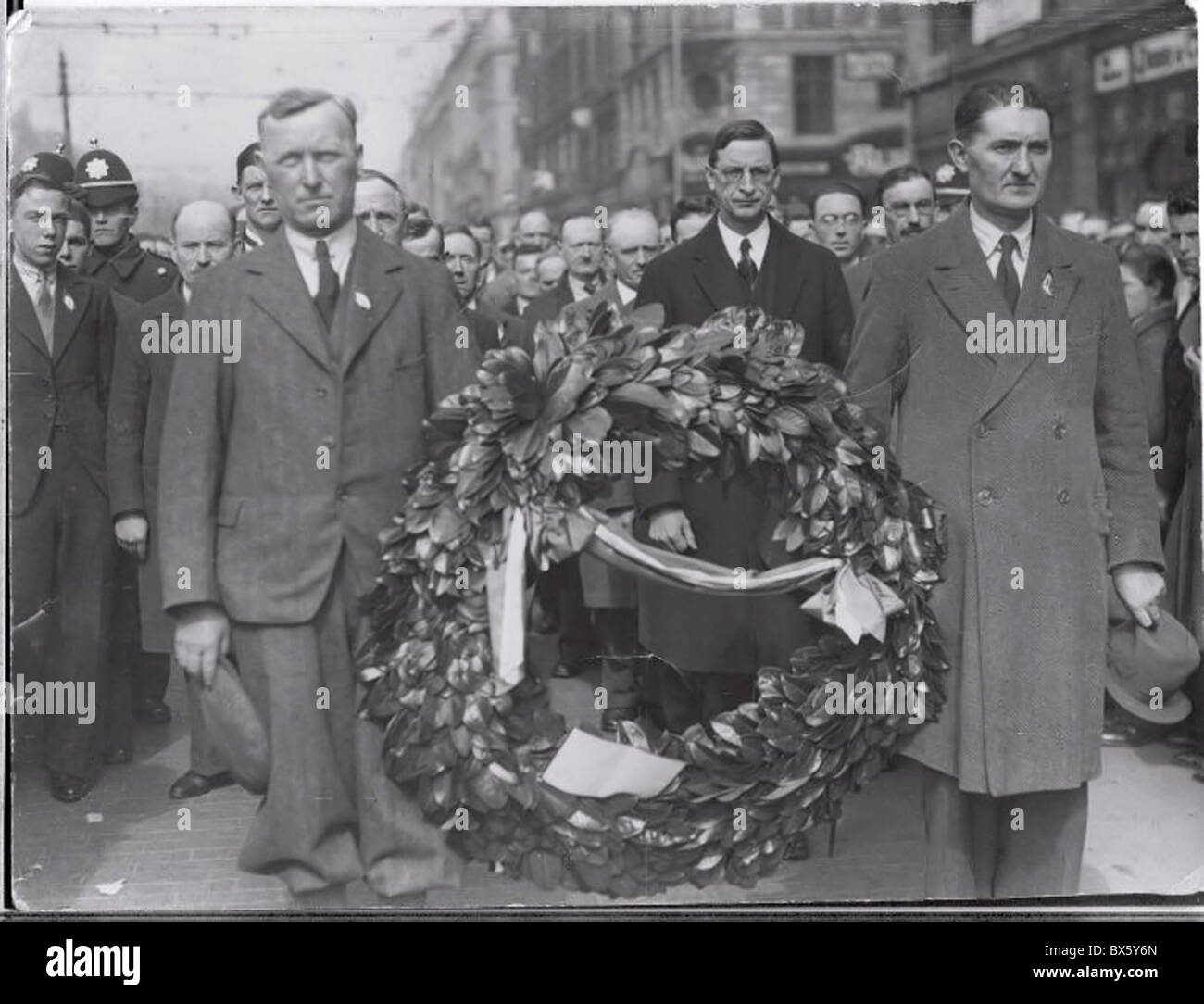 Dublin, Ireland, Men carrying the wreath at the funeral of a comrade who fell during the Easter 1916 Irish Uprising - Stock Image