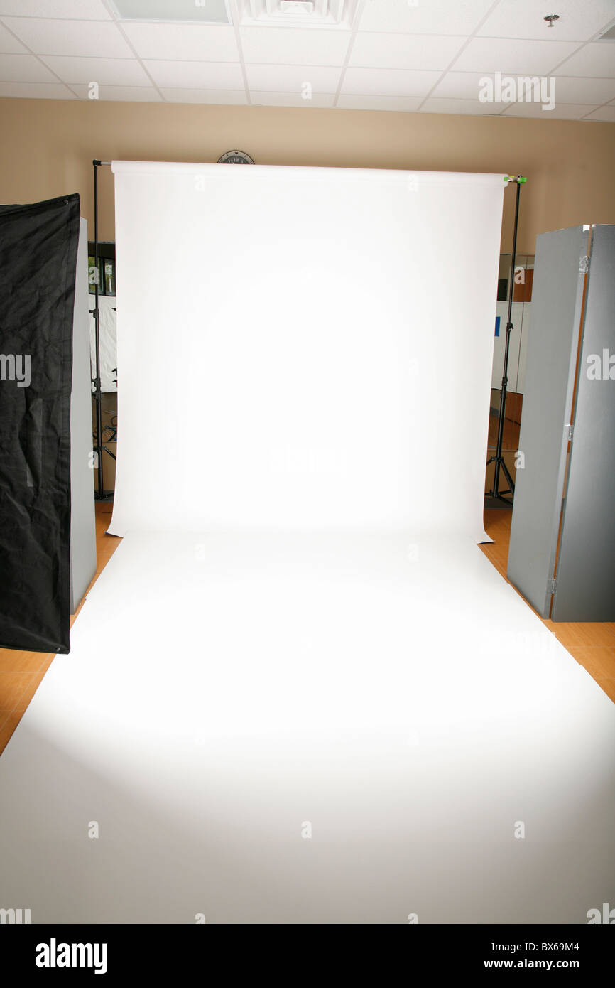 on location photo studio set up with white backdrop and floor - Stock Image