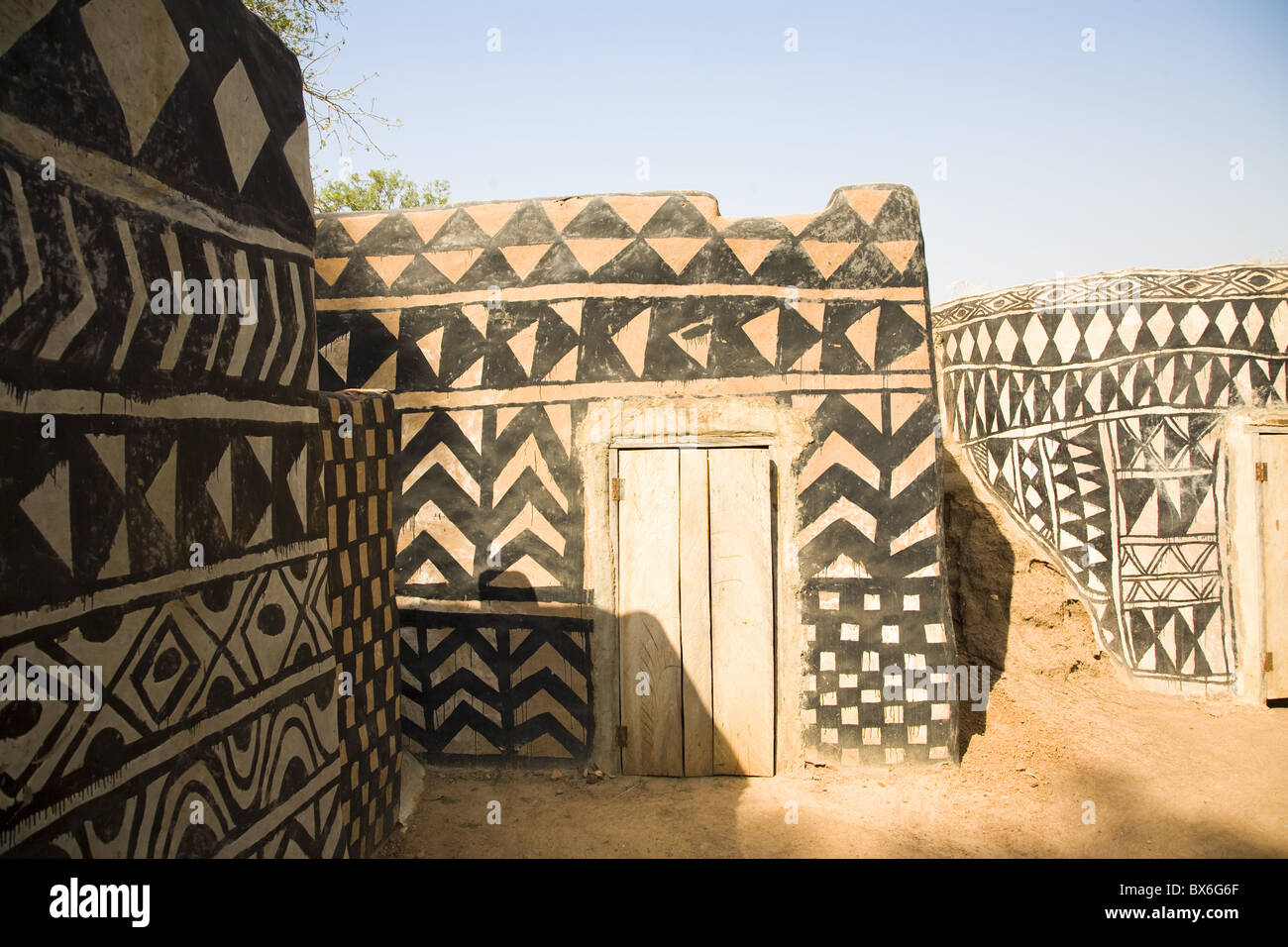 Geometric design on mud brick dwellings in Tiebele, Burkina Faso, West Africa, Africa - Stock Image