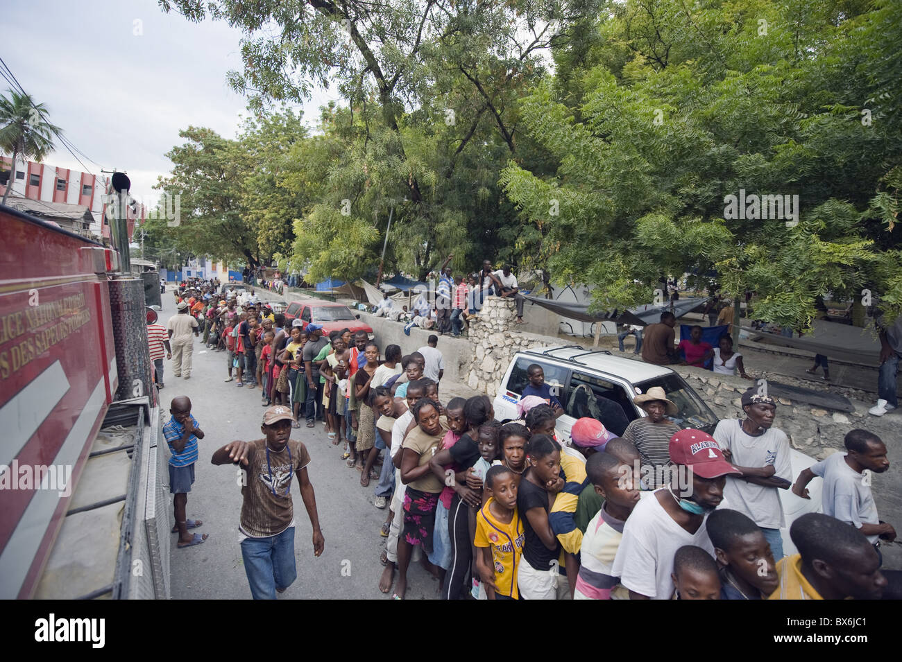 Crowds waiting for food distribution after the January 2010 earthquake, Port au Prince, Haiti, West Indies - Stock Image
