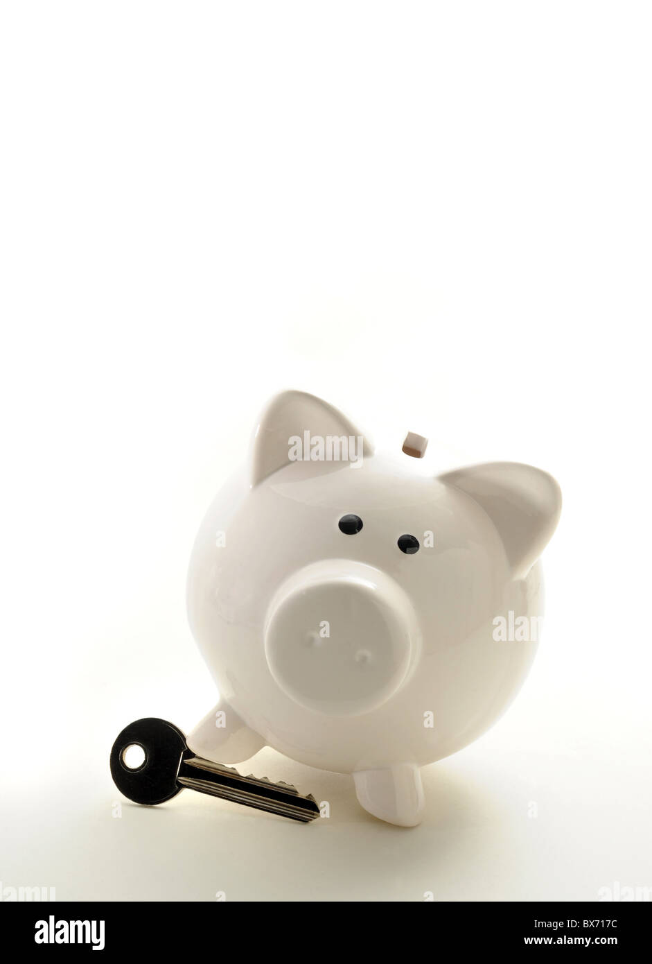 PIGGYBANK WITH HOUSE KEY RE HOMES BUYERS MORTGAGES PROPERTY MARKET ETC UK - Stock Image
