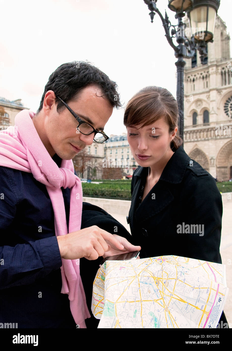 Couple check map in Paris - Stock Image