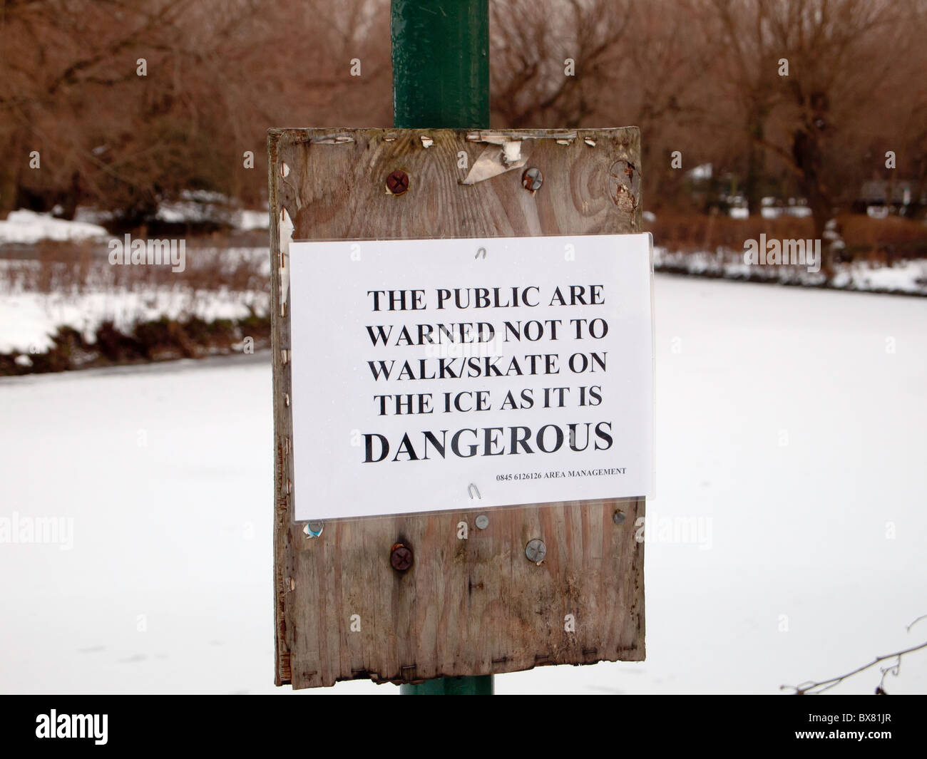 Danger Notice: The public are warned not to walk/skate on the ice as it is dangerous - Stock Image