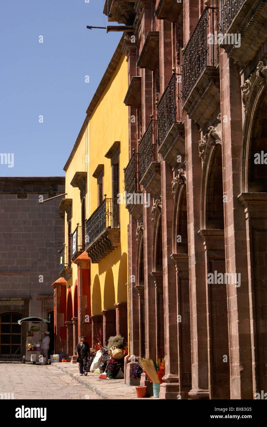 Spanish colonial buildings on El Jardin, the main plaza in San Miguel de Allende, Guanajuato, Mexico. - Stock Image
