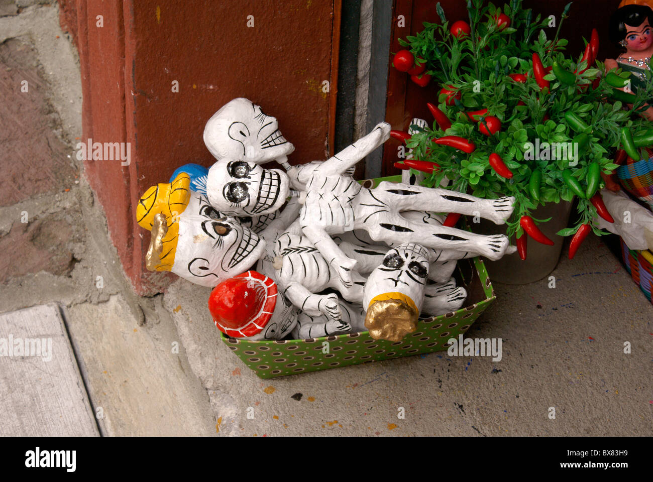 Papier mache skeletons from Oaxaca outside a store in San Miguel de Allende, Mexico - Stock Image