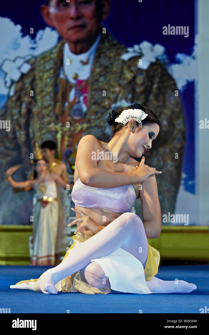 Thailand dancer performing on stage with an image of the Thai King in the background. Thailand S. E. Asia - Stock Image