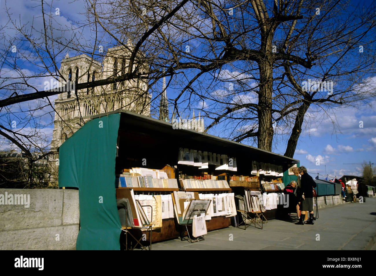 Paris, Left Bank : Books on display on a book stall in front of Notre Dame de Paris, Paris, France. - Stock Image