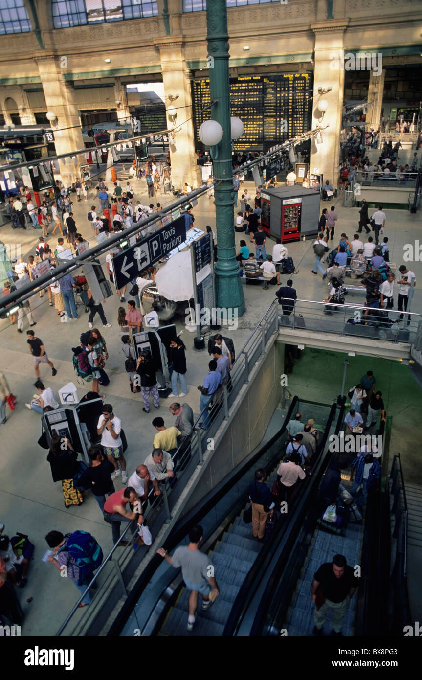 Gare du Nord, Paris, France : Crowds of people arriving and departing. - Stock Image
