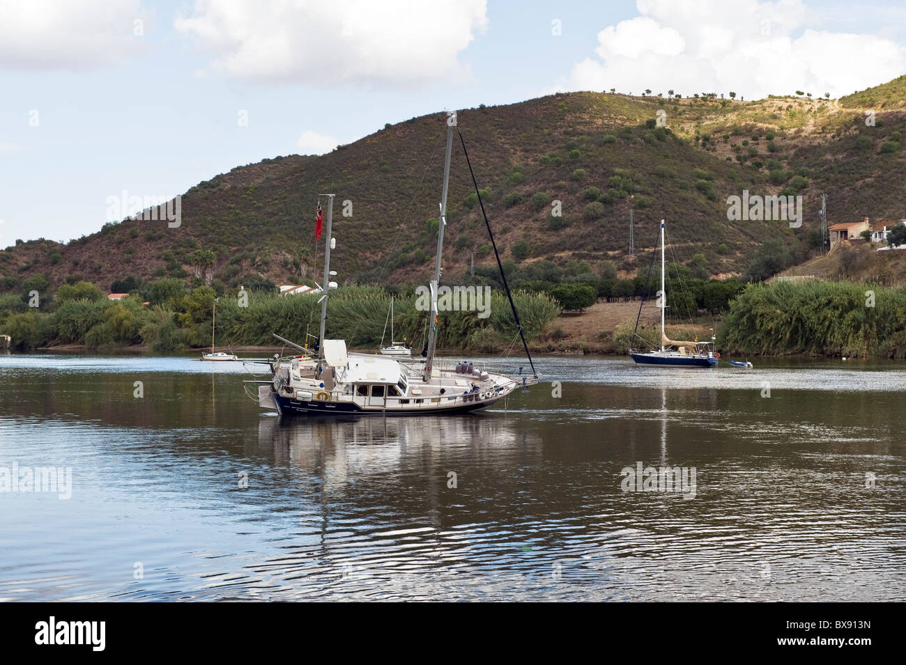 Yacht aground on the River Guadiana at Alcoutim, Algarve. The river forms a natural boarder between Spain and Portugal - Stock Image