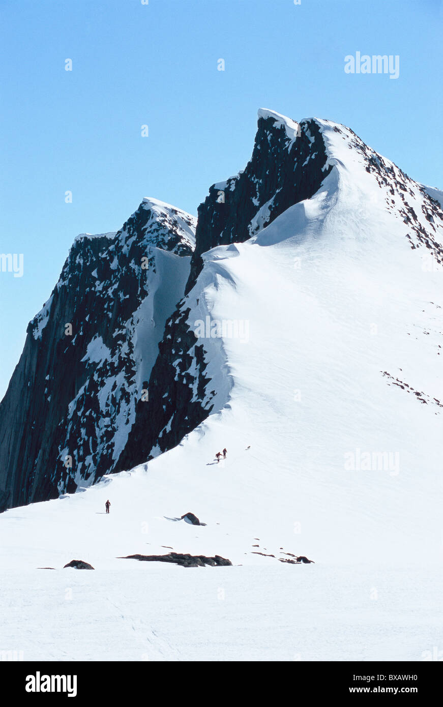 Distant view of climbers on mountain - Stock Image