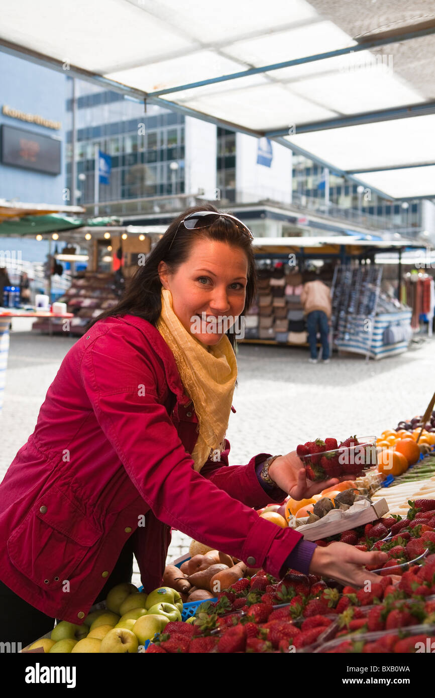 Young woman shopping in fruit market - Stock Image