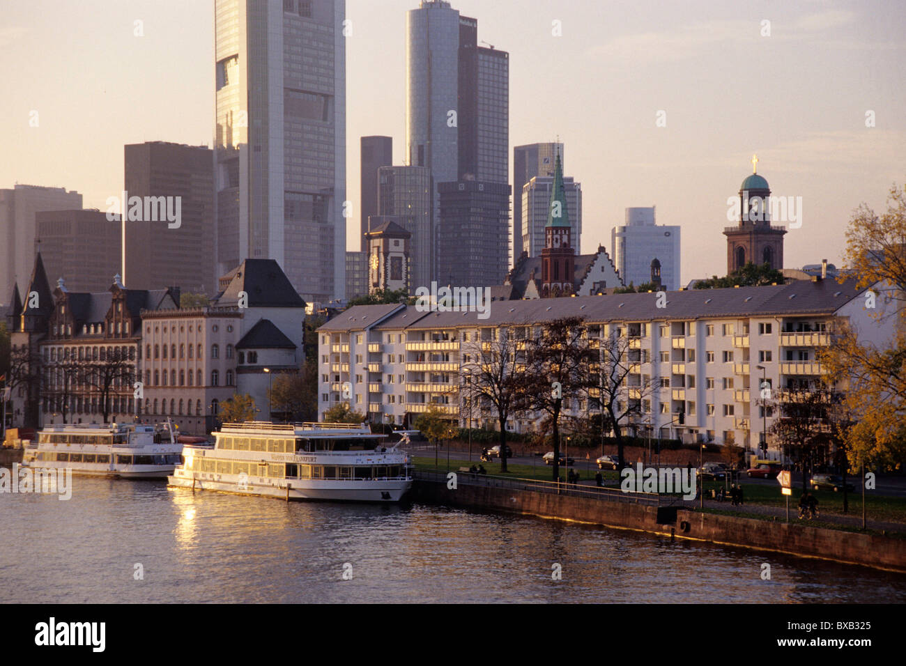 Boats and houses on the Main River, Mainkai, skyline of the financial district in the back, Frankfurt am Main, Hesse - Stock Image