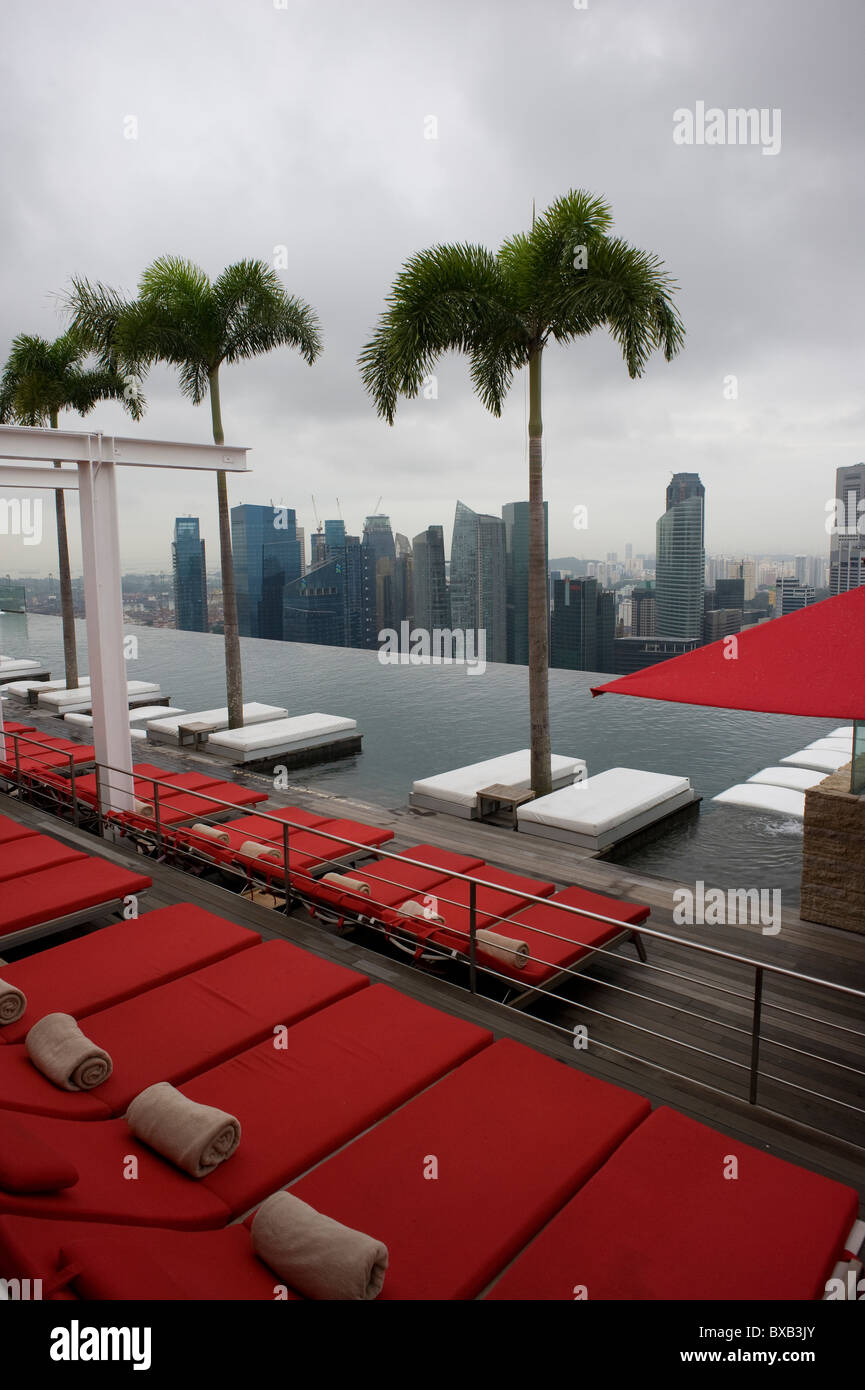 Roof top swimming pool at the Marina Bay Sands Hotel, Singapore. - Stock Image