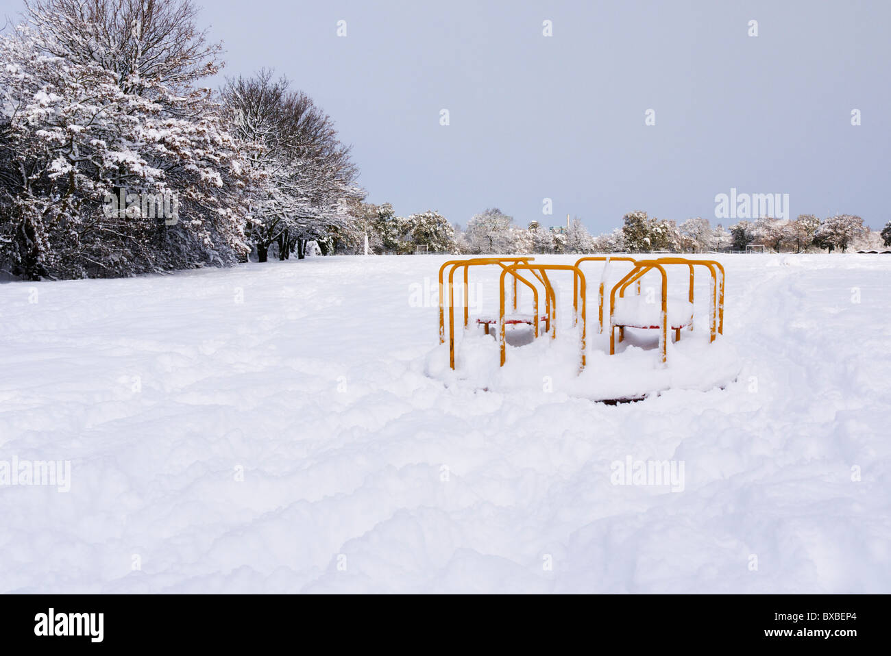 Heavy snow fall in the park - Stock Image