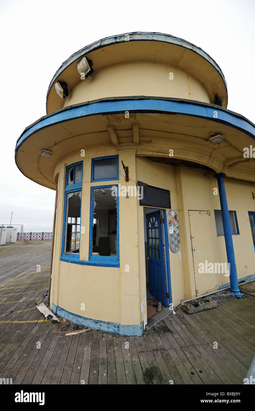Old kiosk on the burnt out Hastings Pier in East Sussex UK - Stock Image
