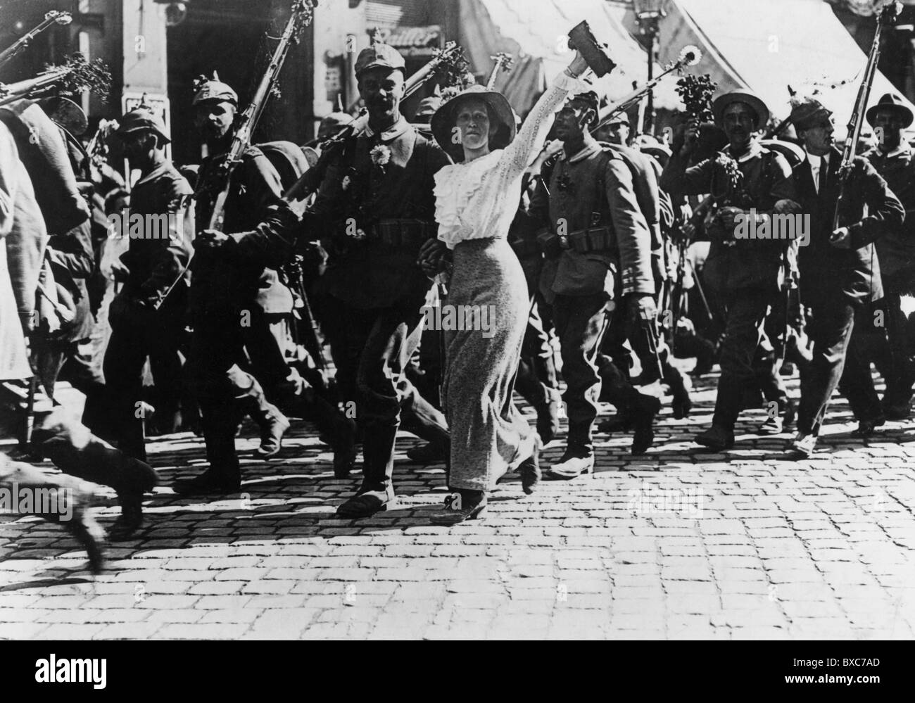 events, First World War/WWI, outbreak of the war, German soldiers going to war, accompanied by cheering civilians, - Stock Image