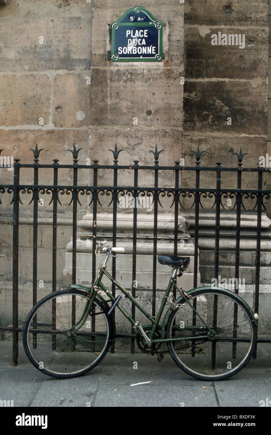 FRANCE. BICYCLE OUTSIDE SORBONNE UNIVERSITY IN PARIS - Stock Image