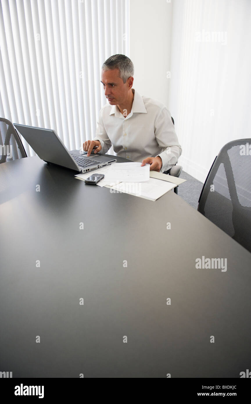 Businessman working at computer - Stock Image