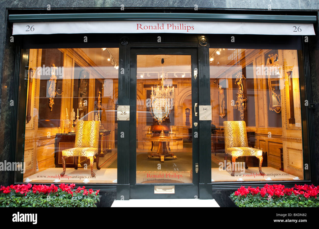 Ronald Phillips antique furniture store in Mayfair, London. - Stock Image