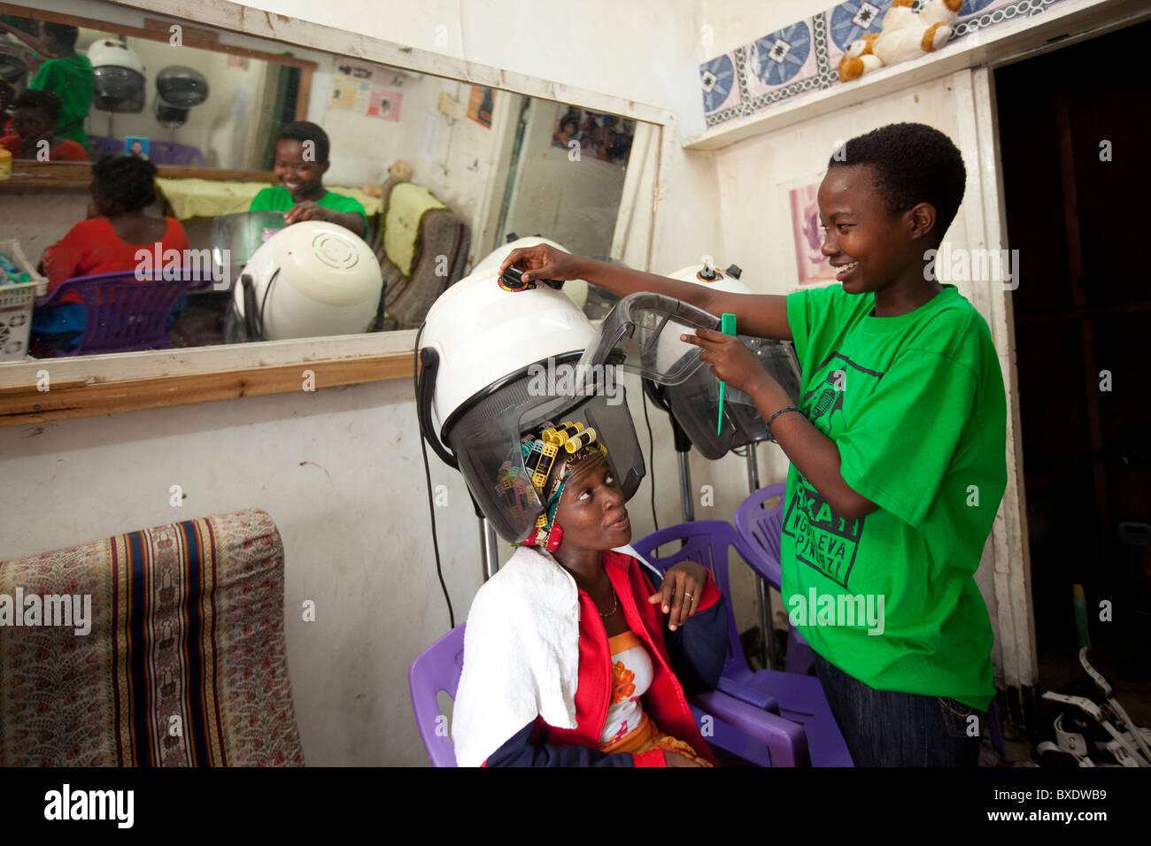 Women's hair salon in Dodoma, Tanzania, East Africa. - Stock Image