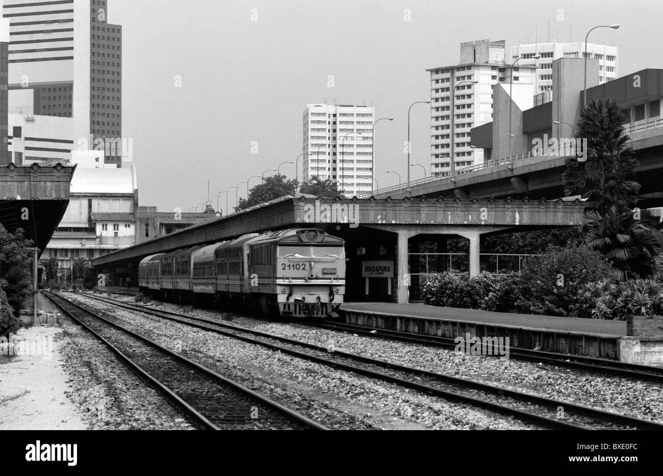 Train at Singapore railway station 1987 - Stock Image