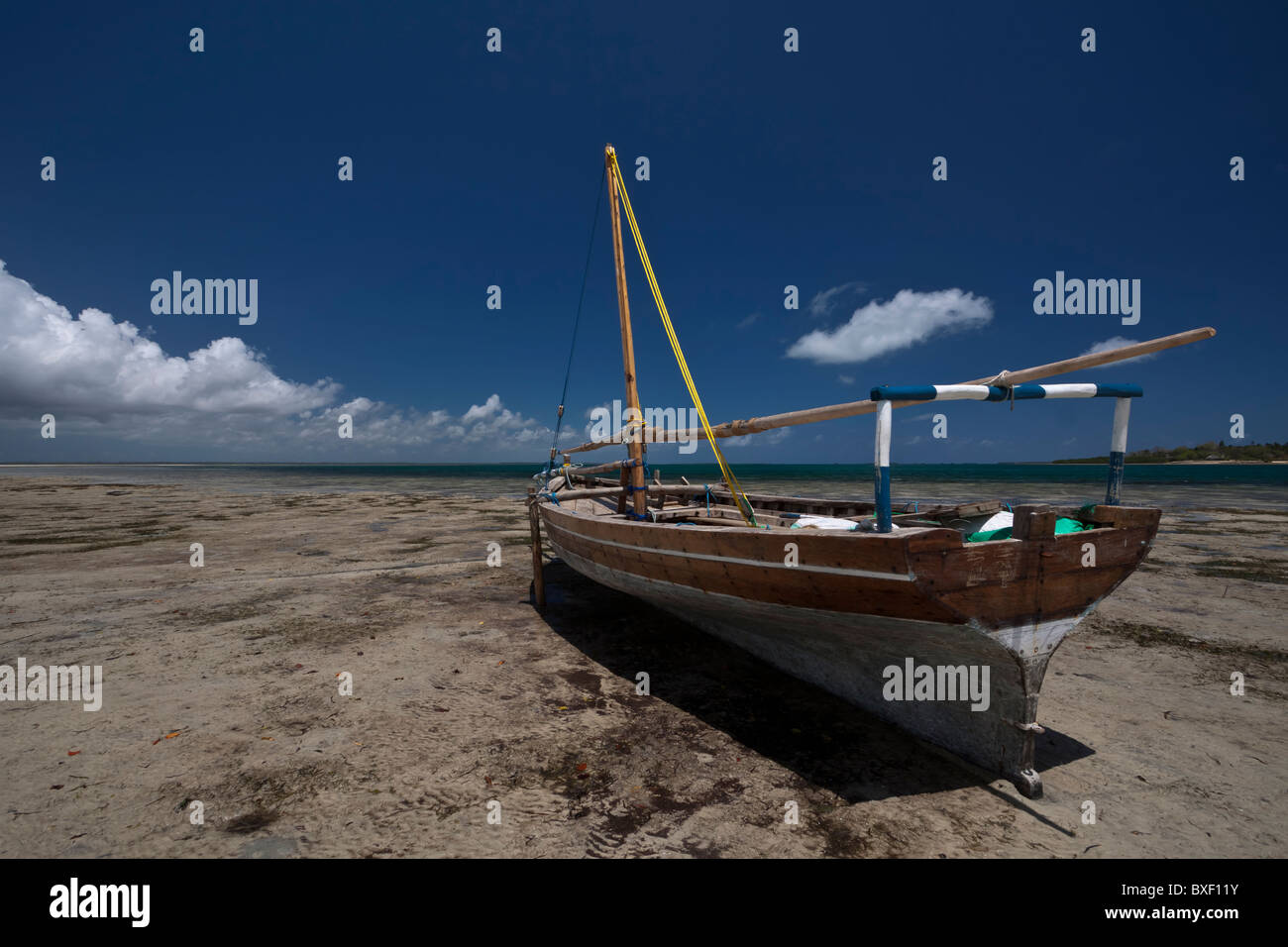 Traditional dhow waiting for the tide to come in - Stock Image