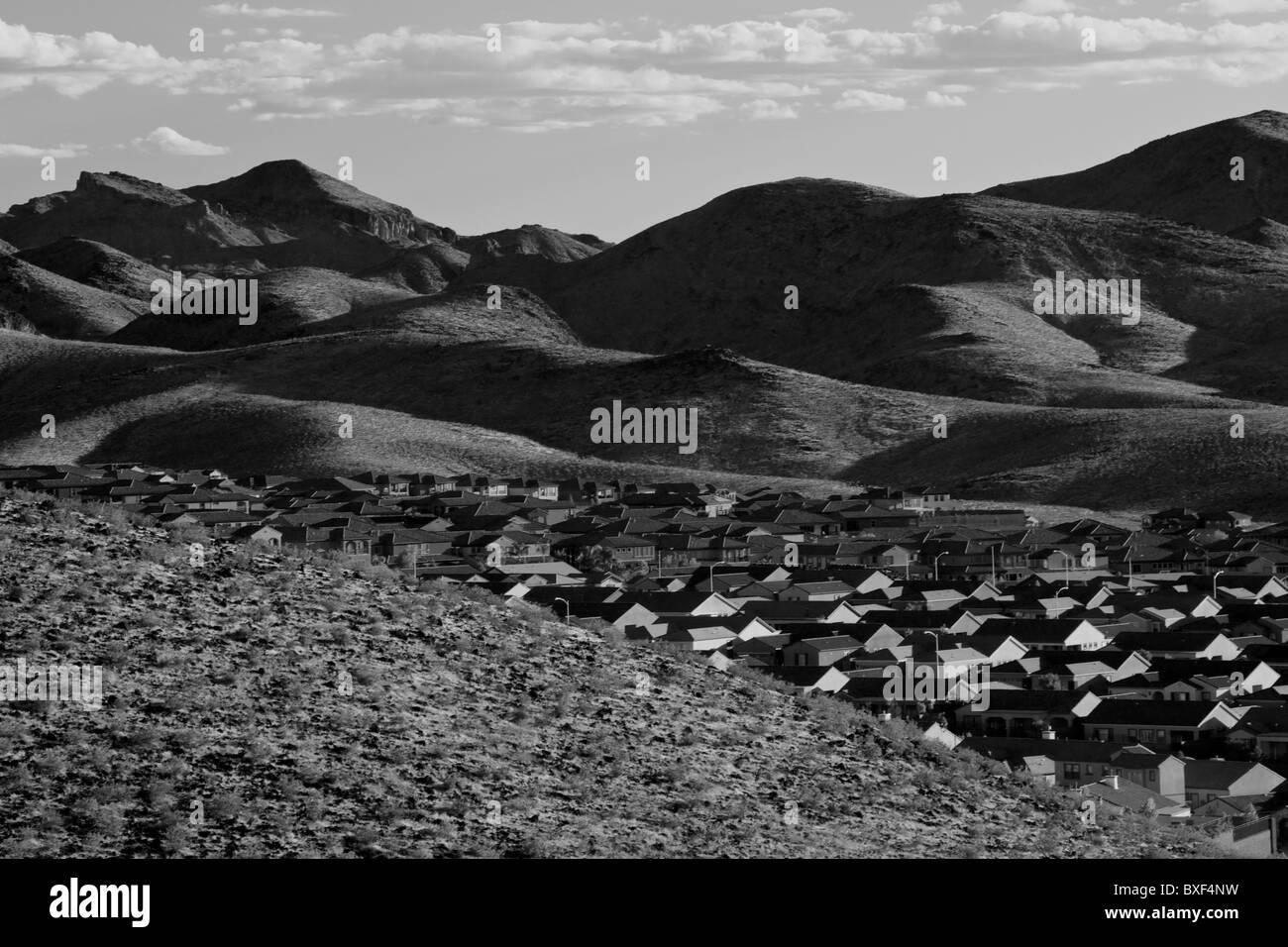 Suburban sprawl into the wilderness - Stock Image