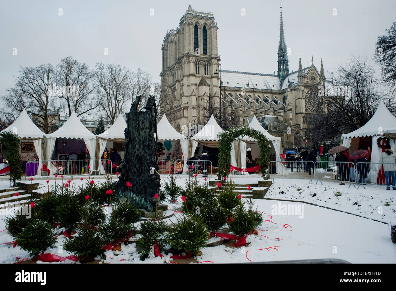 Notre Dame Cathedral Christmas Decorations Stock Photos & Notre Dame ...