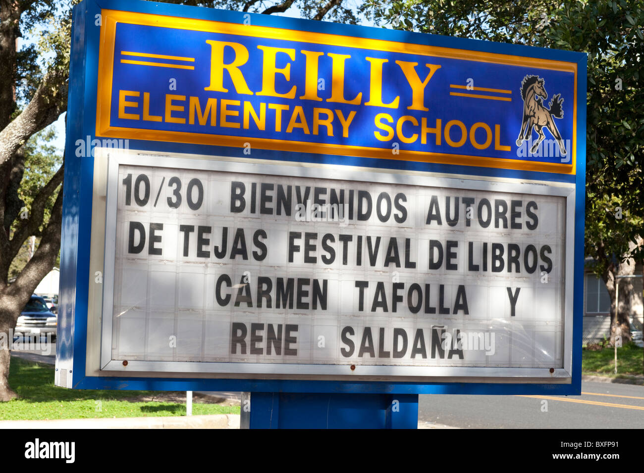 Sign outside Reilly Elementary in Austin welcomes children's book authors Carmen Tafolla and Rene Saldaña - Stock Image