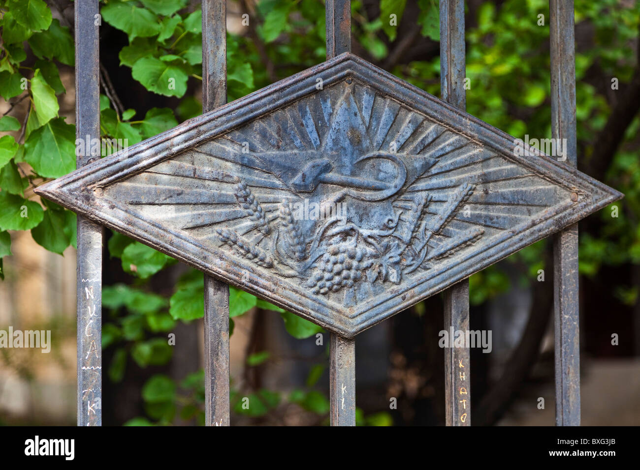 Cast iron hammer and sickle, a leftover from the Soviet Russian era, on a fence in Tbilisi, Georgia. JMH3966 - Stock Image