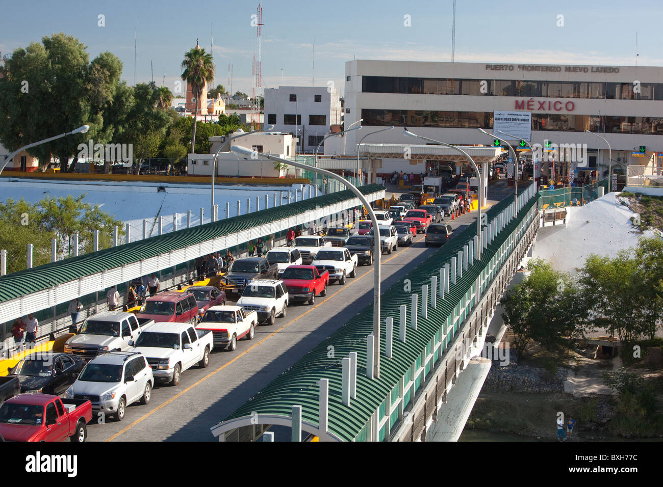 Cars headed from Mexico towards United States customs